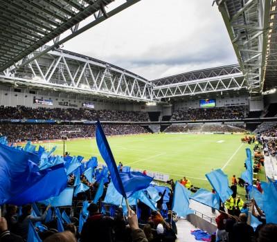 150525 Djurgårdens supportar viftar med flaggor inför fotbollsmatchen i Allsvenskan mellan Djurgården och AIK den 25 Maj 2015 i Stockholm.  Foto: Andreas Sandström / BILDBYRÅN STR *** BETALBILD ***
