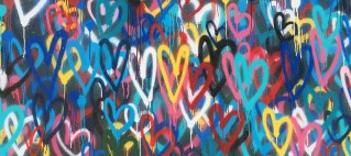 Sprayade hjärtan på vägg
